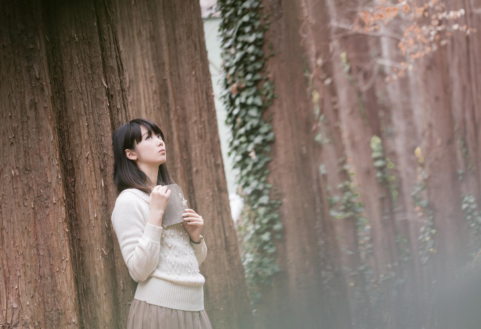 森の中の女性