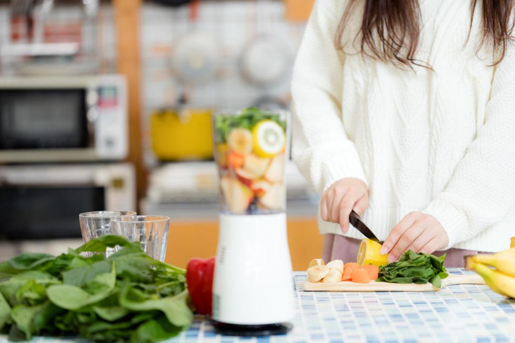 新鮮なジュースを作る女性