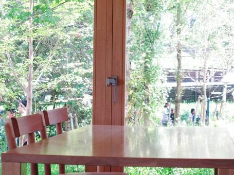 窓のそばのテーブル