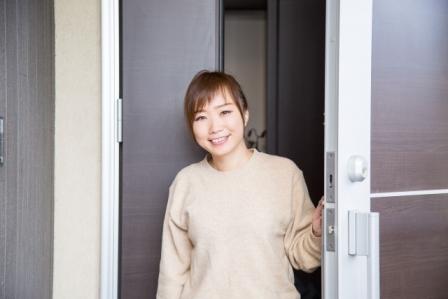 玄関先の女性