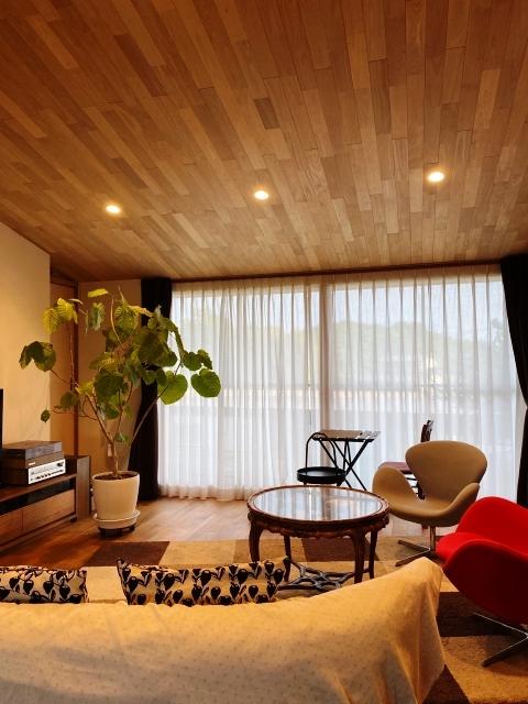 天井に木目模様のリビング
