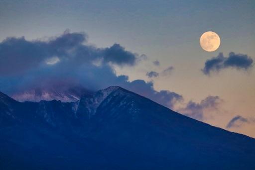 浅間山と月