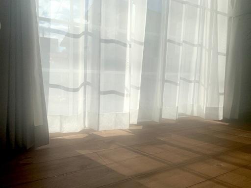 窓辺のカーテン
